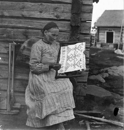 marppa-martiskainen-embroidering-a-ritual-towel-kaspaikka-in-ilomantsi-karelia